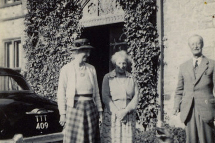 1950s_huntsham_court_josephine_lunn_centre_visiting_gilbert_and_glwadys_acland_troyte.jpg