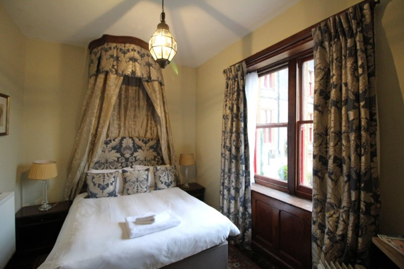 huntsham-court-hide-out-bedroom-17c